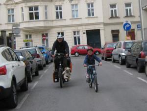 Eine Radfahrer-Gang patrouilliert in ihrem Gebiet