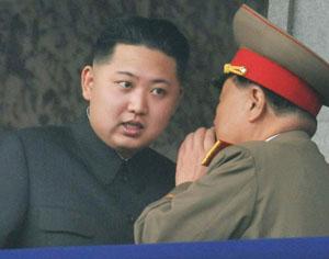 Kim erklärt einem General das Apfelstrudel-Rezept.