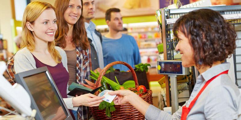 Frau bezahlt Einkauf mit Euro-Schein