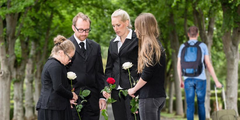Familienmitglieder nehmen Abschied