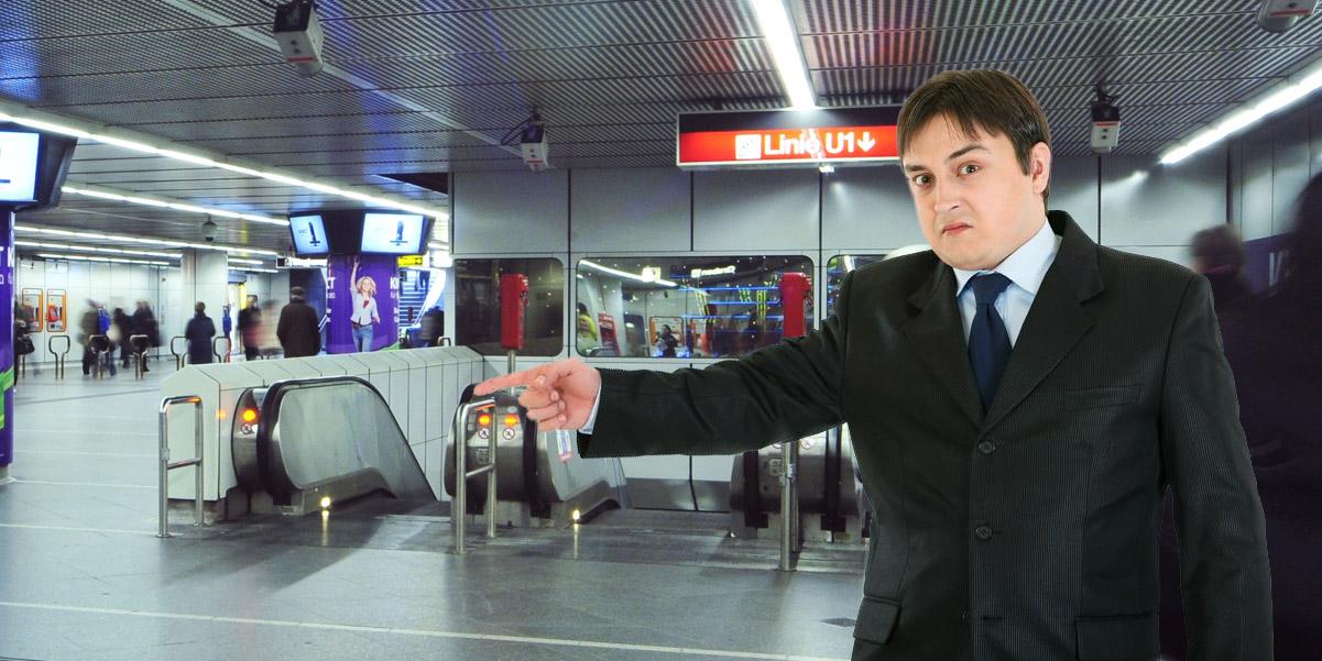 Mann zeigt auf Rolltreppe