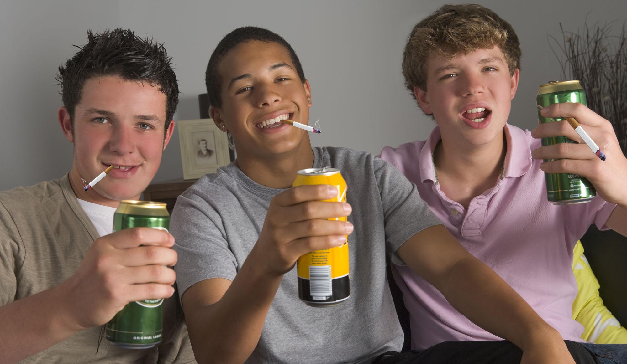 Kinder mit Bier und Zigaretten