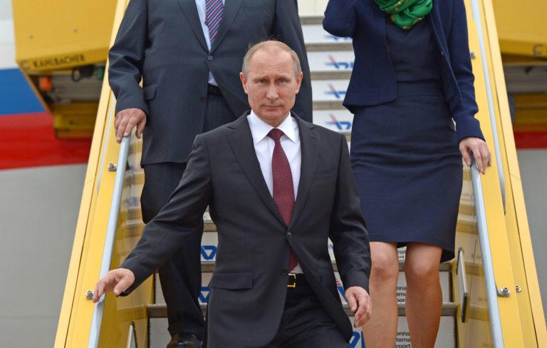Putin steigt in Wien aus dem Flugzeug
