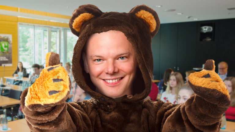 Peter Sidlo trägt Bärenkostüm