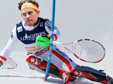 Dominic Thiem fährt Ski mit Tennisschlägern statt Skistöcken