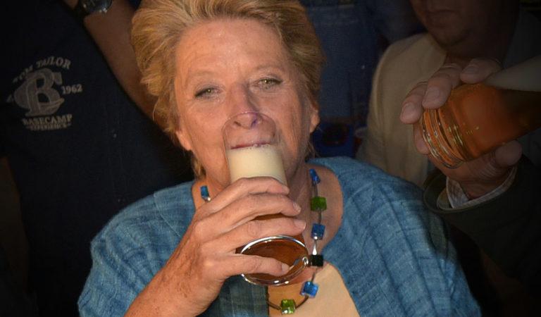 Stenzel trinkt Bier