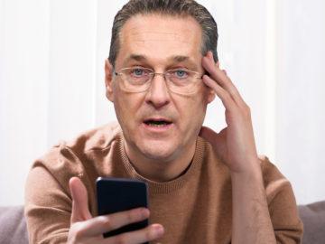 Strache mit Handy in der Hand