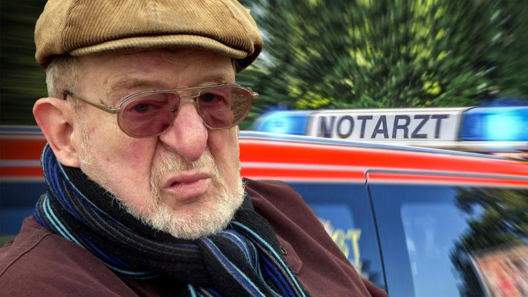 Alter Mann neben Notarzt-Auto