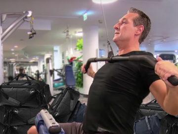 Strache trainiert umgeben von Sporttaschen