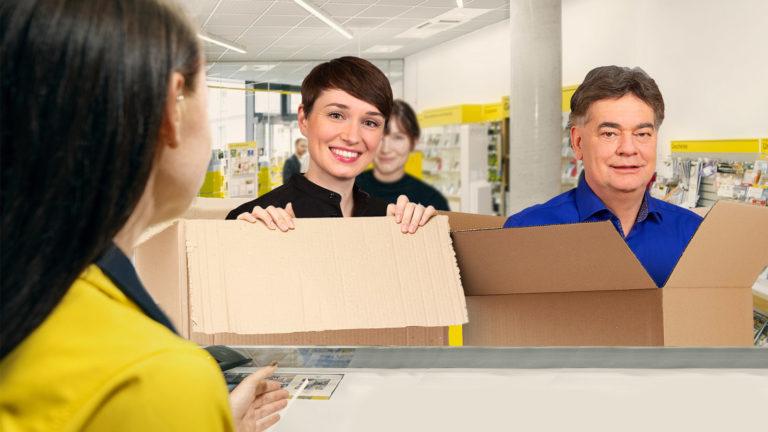 Kogler und Maurer schauen aus Paket heraus