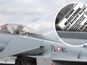 Karte eines Gebrauchtwagenhändlers steckt im Eurofighter