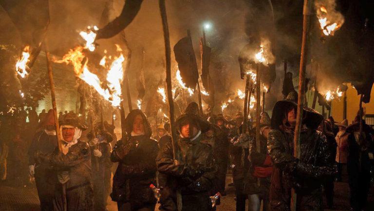 Wütender Mob mit Fackeln