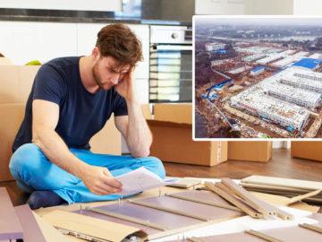 Mann baut Ikea-Schrank zusammen