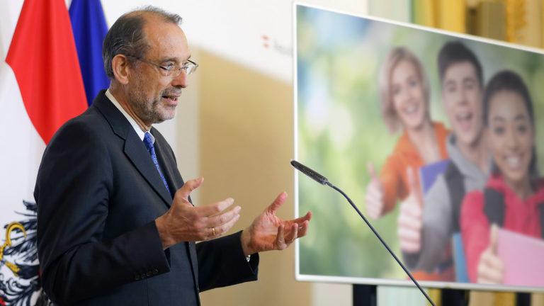 Faßmann bei Pressekonferenz