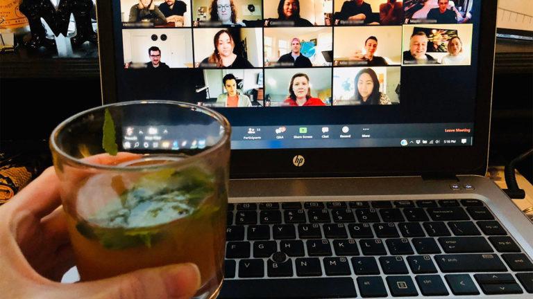 Alkohol trinken am Laptop