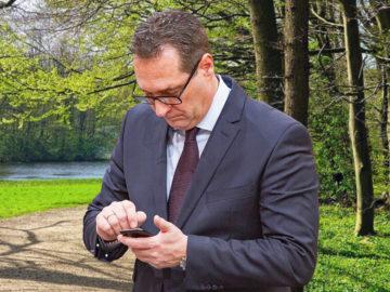 Strache schaut ins Handy