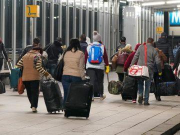 Menschen mit Koffern