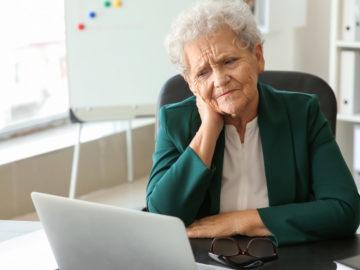 Ältere Dame vor Computer