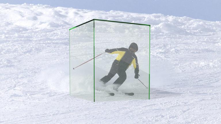 Skifahrer in Plexiglasbox