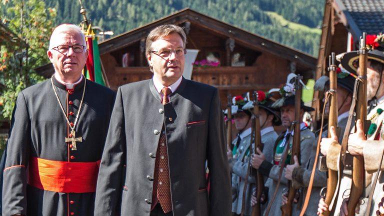Günther Platter neben Geistlichem