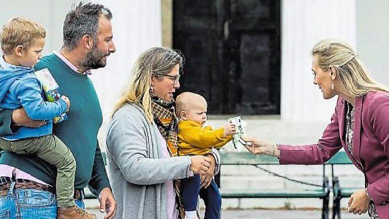 Aschbacher überreicht Baby 100 Euro