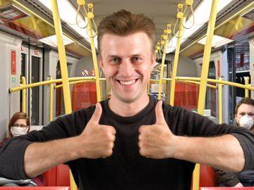 Mann ohne Maske in U-Bahn