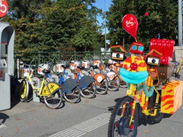 Tom Turbo neben Citybikes