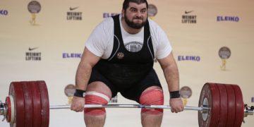 Gewichtheber stemmt Langhantel