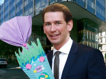 Sebastian Kurz vor Juridicum mit Schultüte