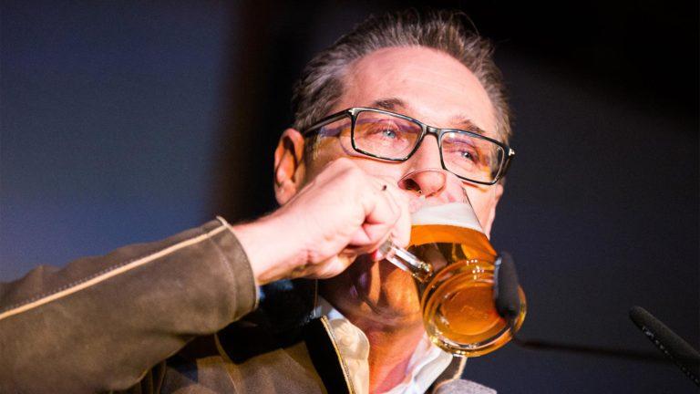 Strache trinkt Bier