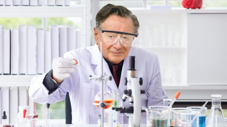 Lugner mit Kittel im Labor