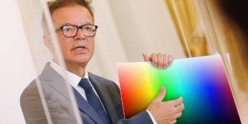 Anschober hält Zettel mit Farbspektrum darauf