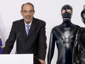 Faßmann, daneben zwei Personen in SM-Anzügen