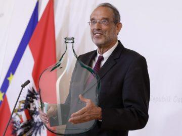 Faßmann mit großer Flasche in der Hand