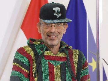 Heinz Faßmann trägt einen Hoodie und eine Kappe