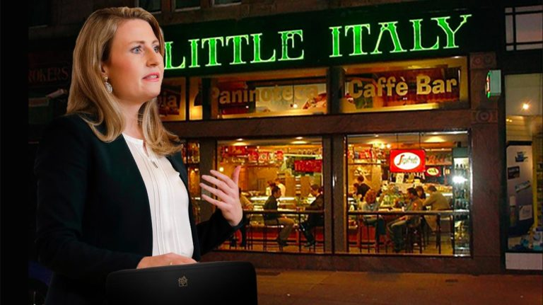 Susanne Raab vor der Pizzeria