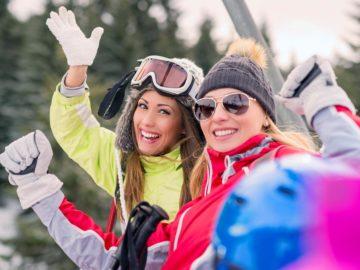 Fröhliche Wintersportlerinnen
