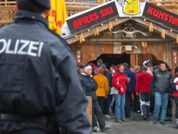 Polizei vor Après Ski Lokal