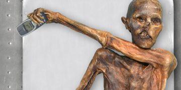 Ötzi mit Handy in der Hand