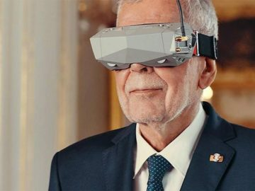 Van der Bellen trägt Virtual Reality Brille