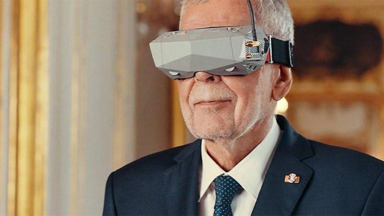 Van der Bellen trägt Virtual Reality Brille