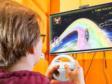 Jugendlicher spielt Mario Kart am Fernseher