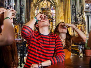 Jugendliche saufen im Stephansdom