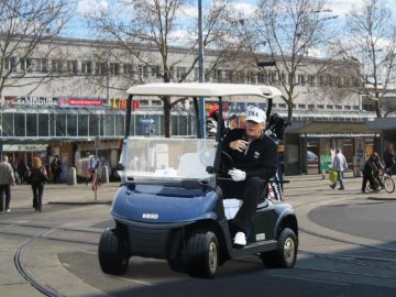 Trump im Golfwagen in Floridsdorf