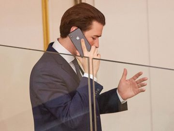 Kurz gestikulierend am Telefon