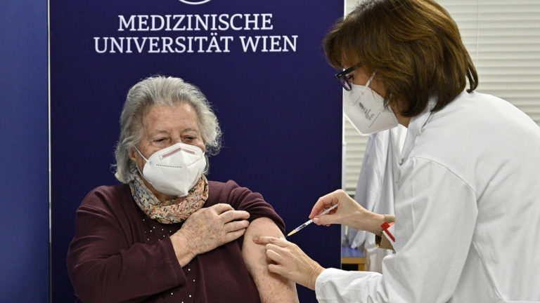 Erste Impfung wird verabreicht