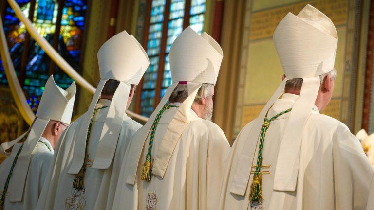 Bischöfe in einer Kirche