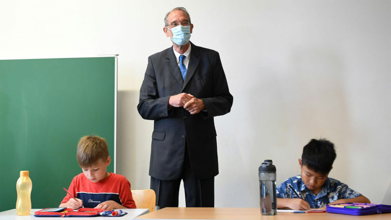 Faßmann in Schulklasse