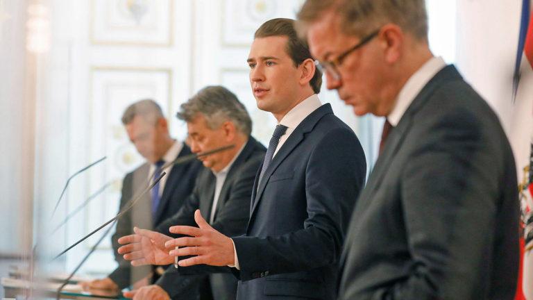 Regierung bei Pressekonferenz