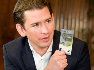 Kurz mit Fünf-Euro-Schein in der Hand